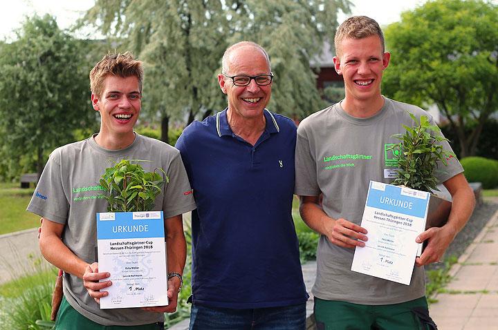 FGL Präsident Jens Heger (Mitte) überreichte Den Siegern Felix Möller Und  Jannik Hohmann Ihre Urkunden.